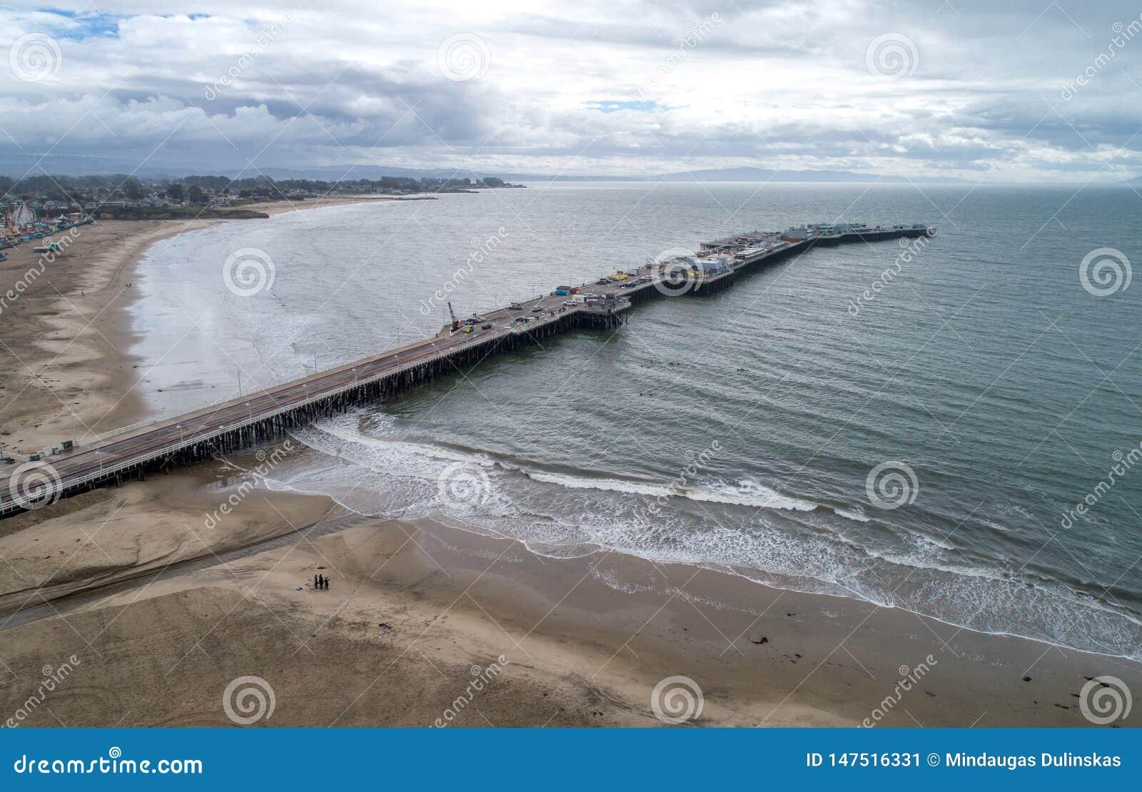 Santa Cruz Beach Boardwalk y embarcadero en fondo