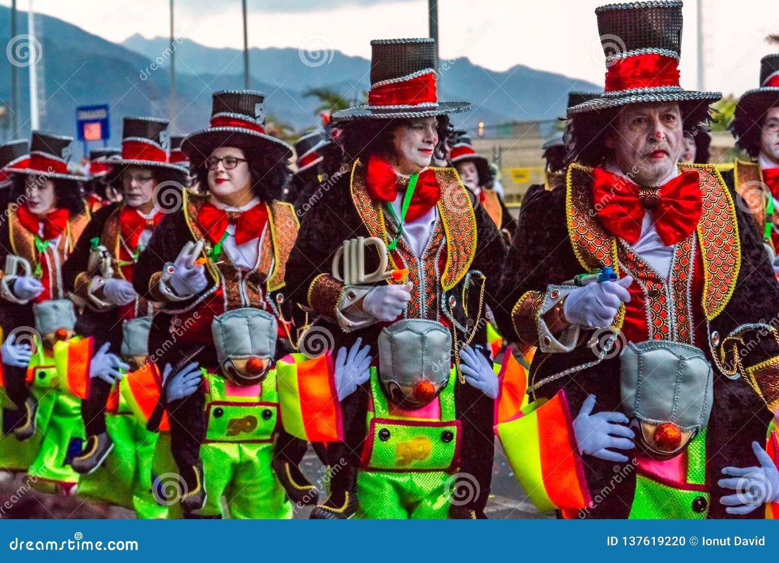 Santa Cruz de Tenerife, Hiszpania, wyspy kanaryjskie Luty 13, 2018: Karnawałowi tancerze na paradzie przy Carnaval Santa Cruz de