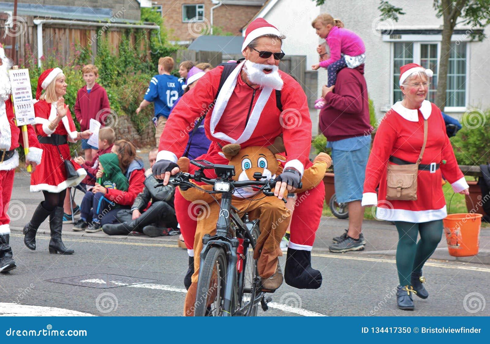 Santa dans la formation pour le grand jour