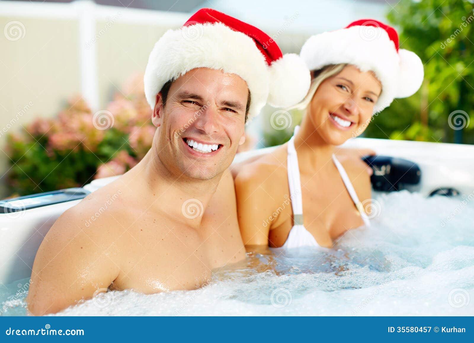 Santa för lycklig jul par i bubbelpool.