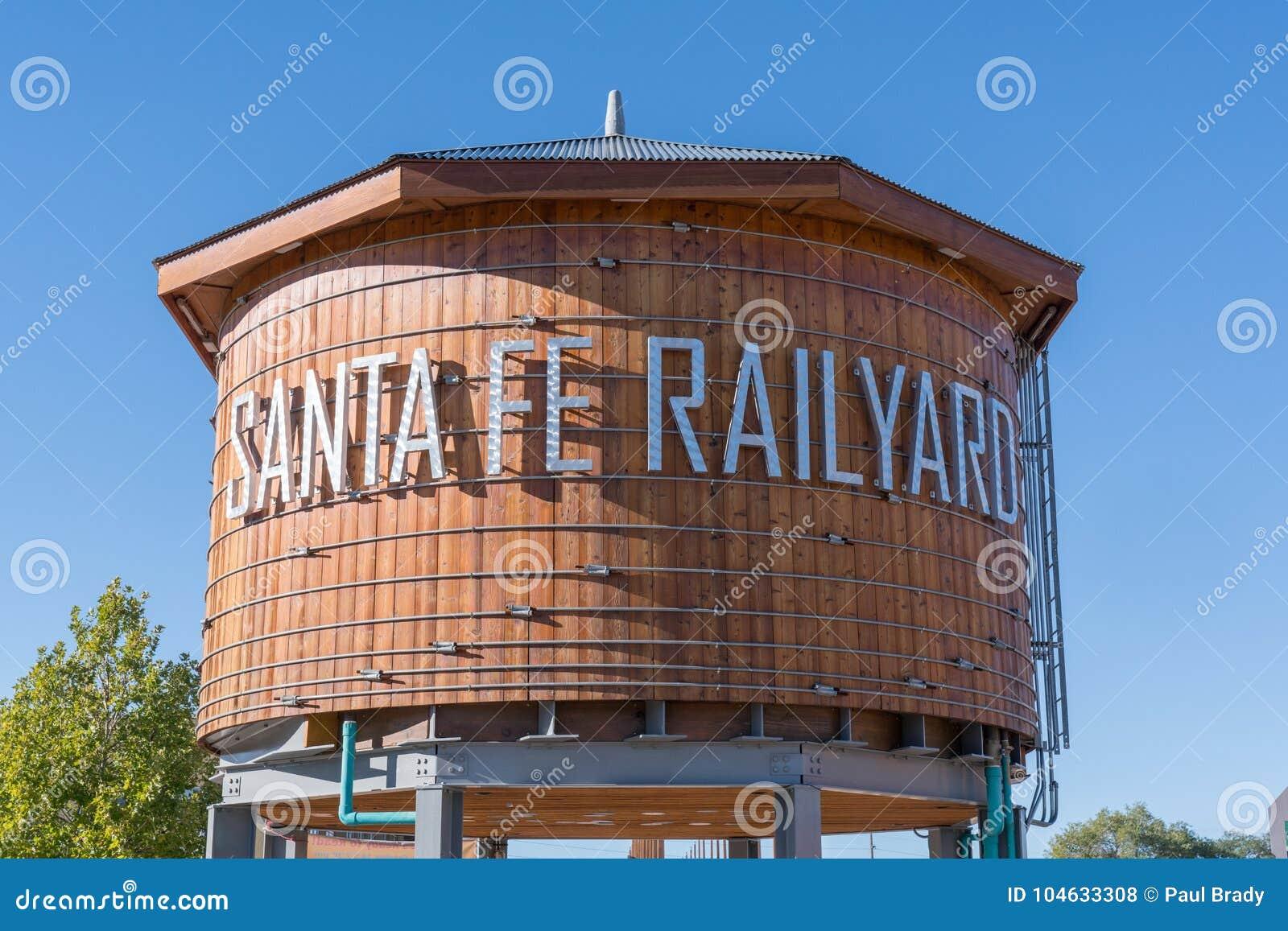 Download Santa Fe Railyard Water Tower Redactionele Stock Foto - Afbeelding bestaande uit building, teken: 104633308
