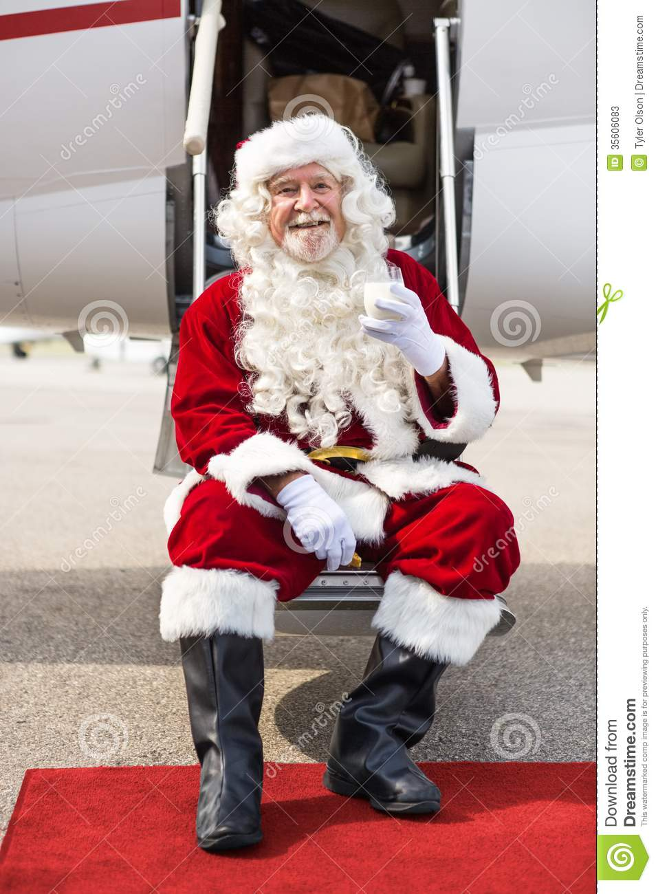 Santa Holding Milk Glass While que senta-se em privado