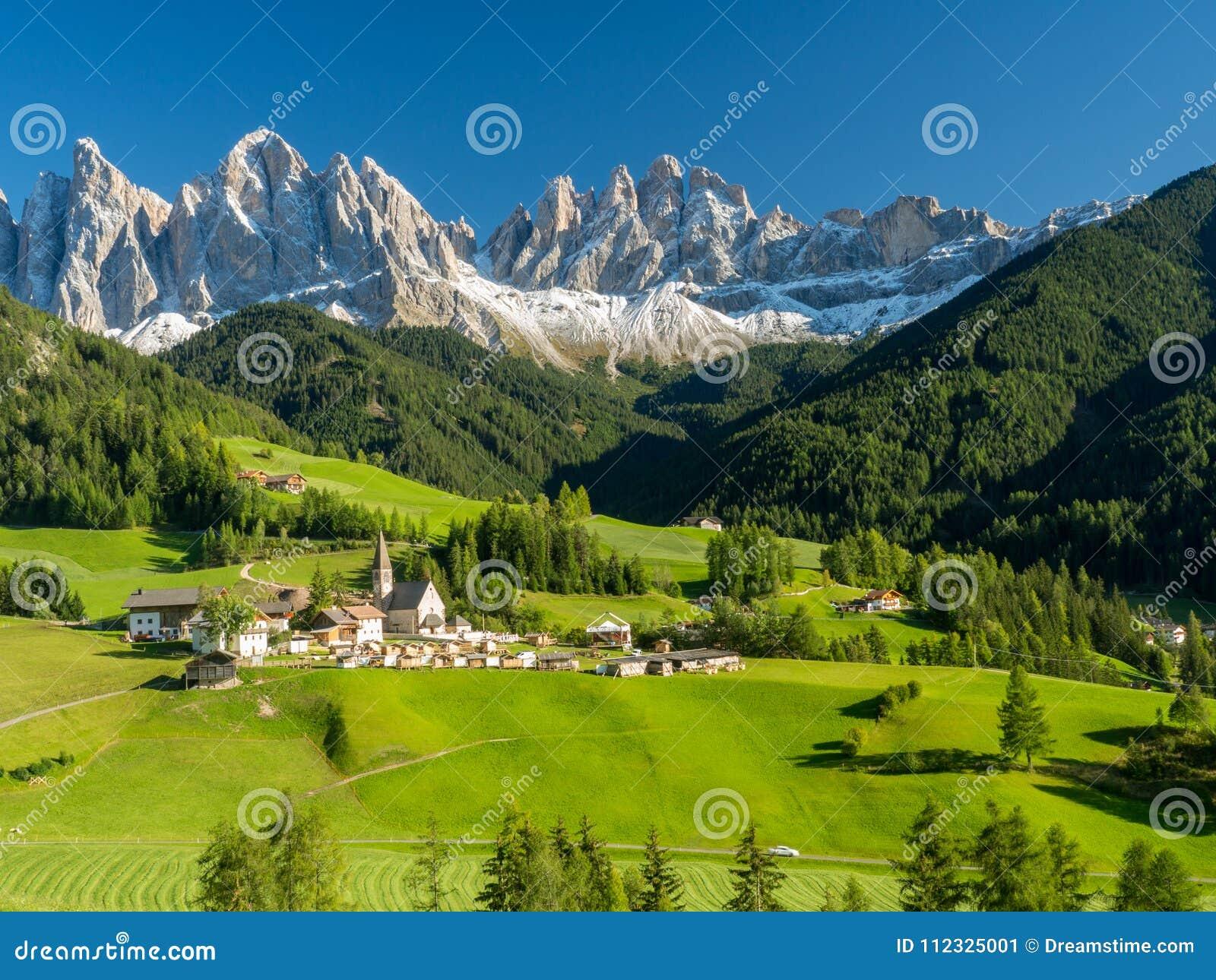 Santa Maddalena by framme av de Geisler eller Odle dolomitesna grupp, Val di Funes, Italien, Europa September 2017
