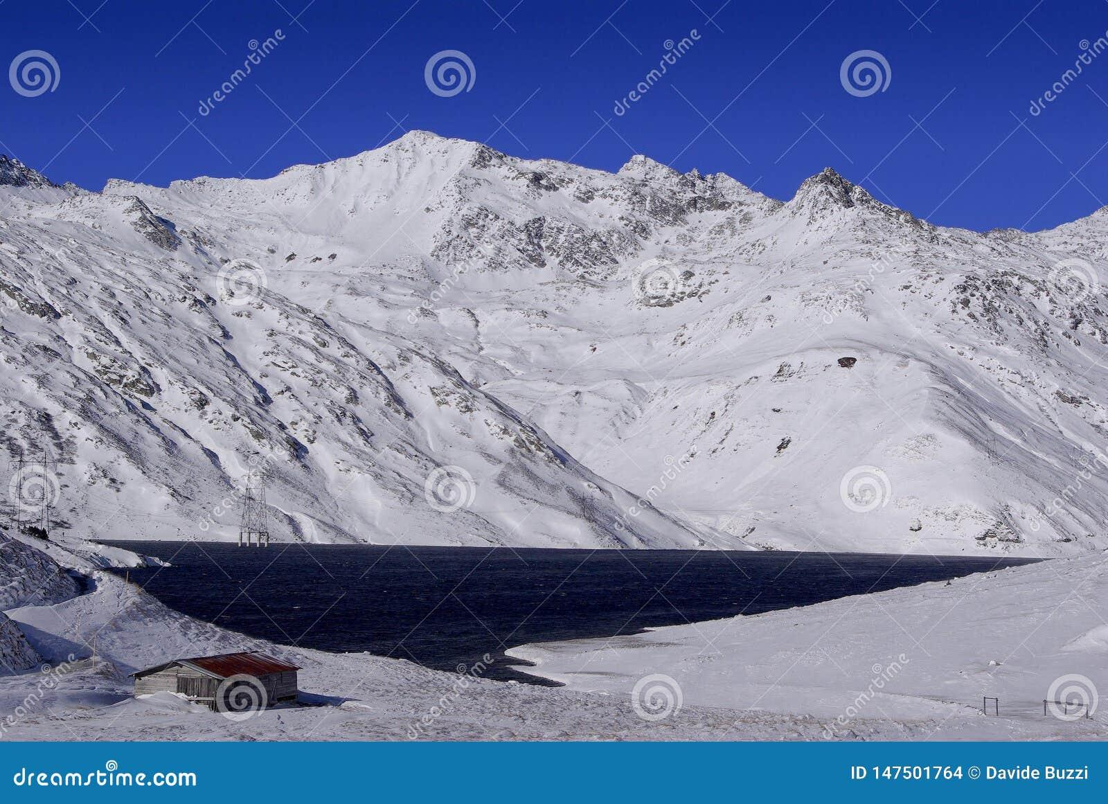 Santa Maria Lake i det Lucomagno passerandet - Schweiz