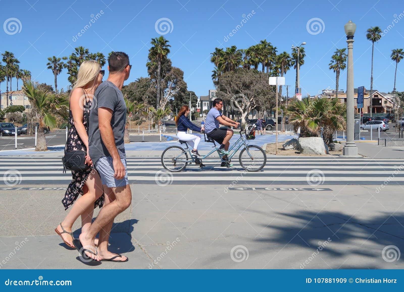 Santa Monica, California, U.S.A. 03 31 2017 uomo e bicicletta in tandem di guida della donna sull oceano Front Walk