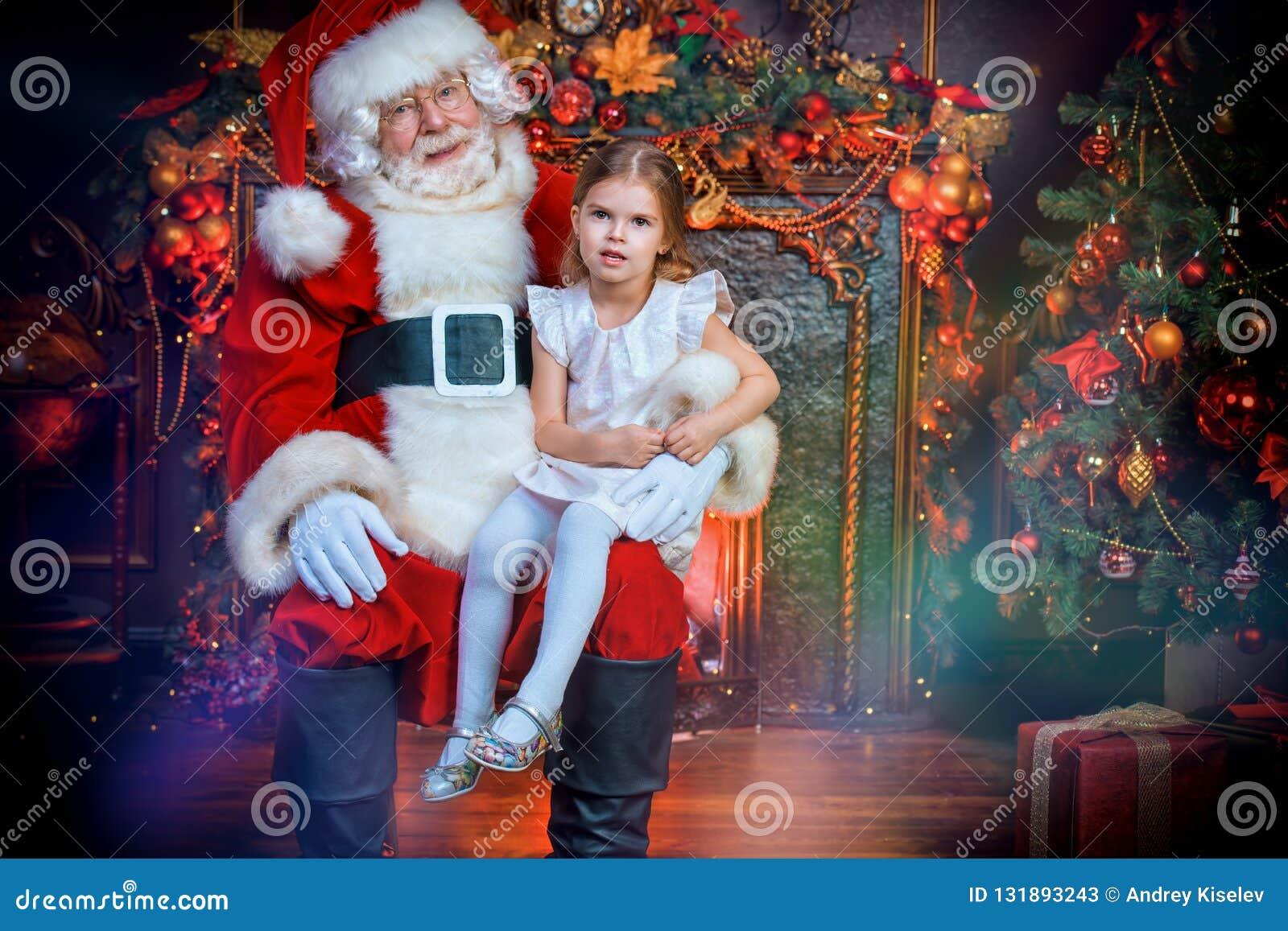 Santa que guarda uma menina
