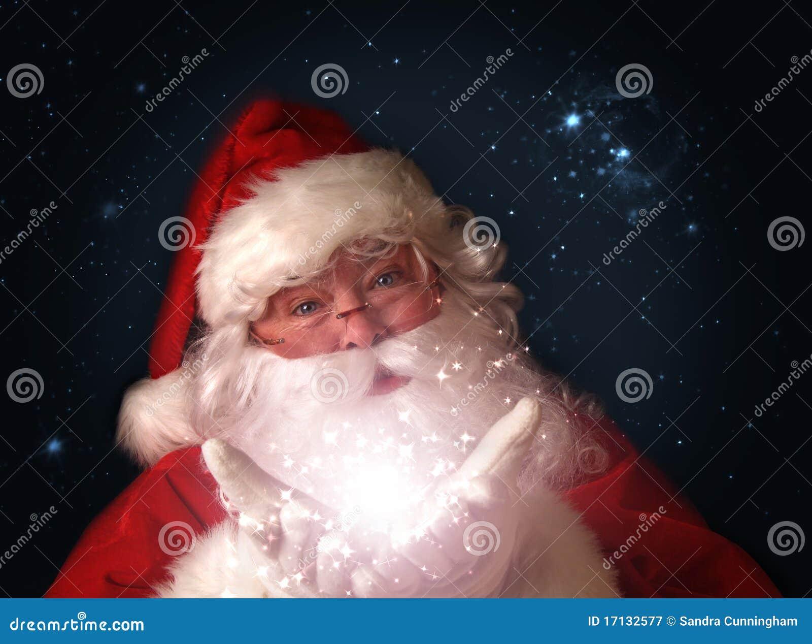 Santa que prende luzes de Natal mágicas nas mãos