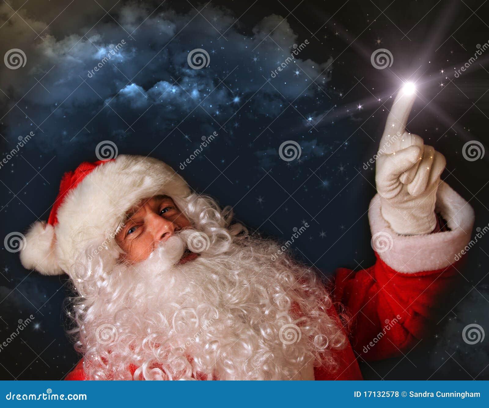Santa que señala con la luz mágica al cielo