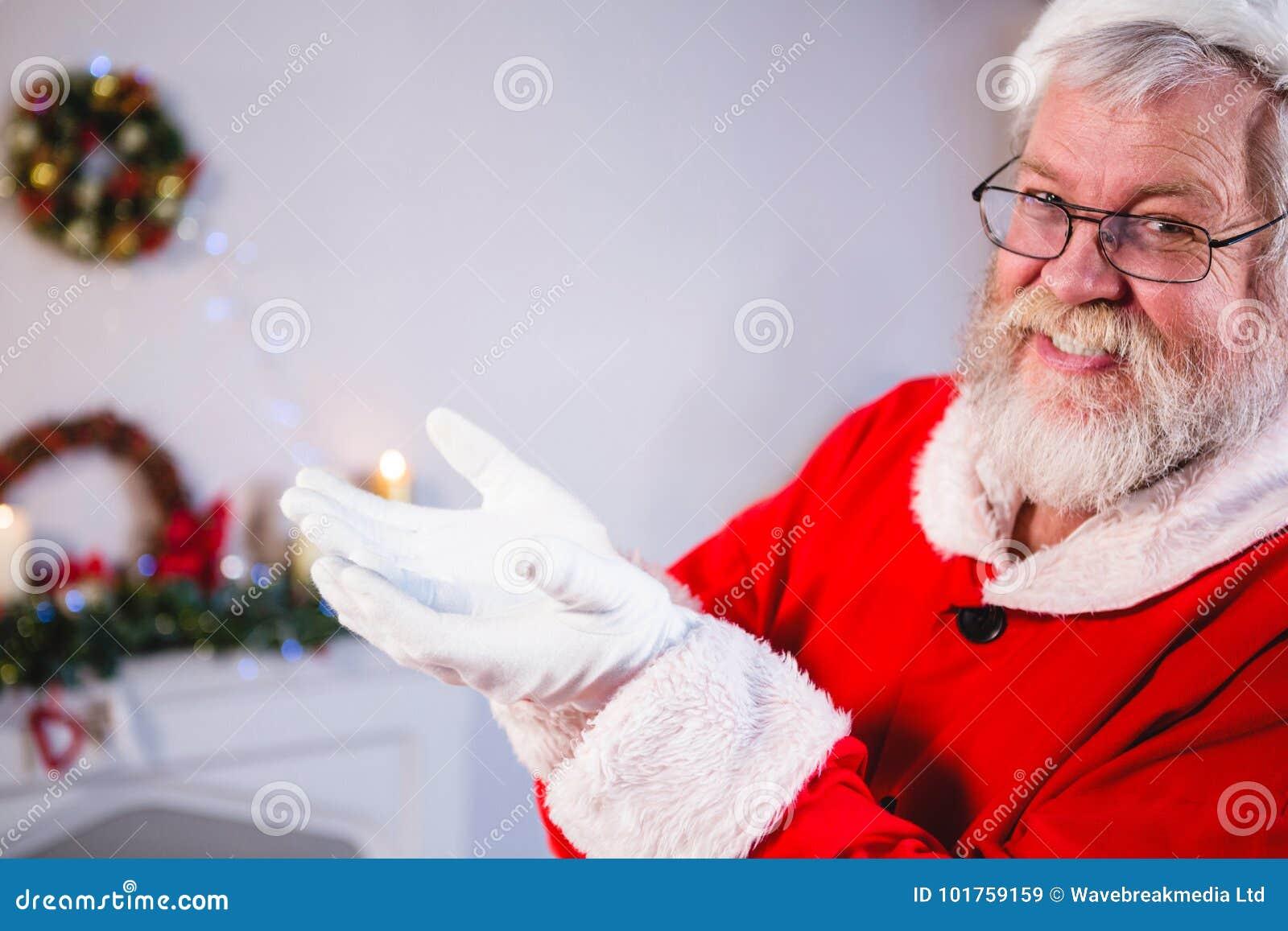 Santa se tenant avec le sien remet évasé