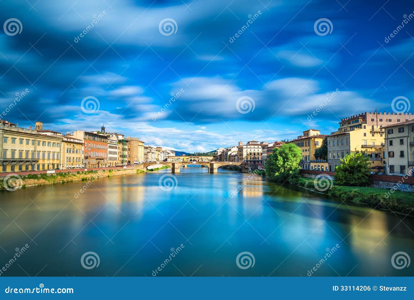 Santa Trinita y puente viejo en el río de Arno, paisaje de la puesta del sol. Florencia o Firenze, Italia.