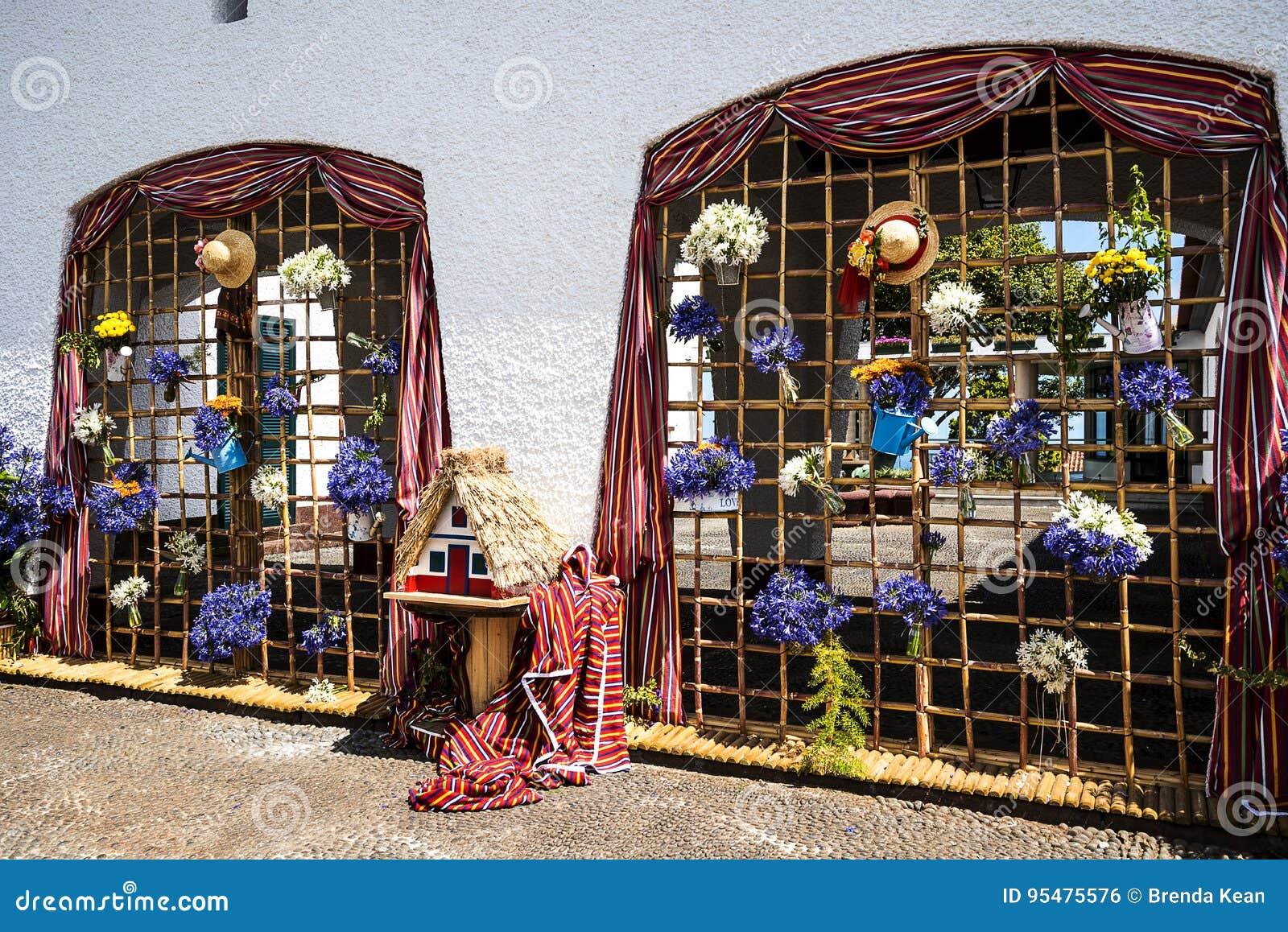 Santana w maderze jest pięknym wioską na północnym wybrzeżu zna swój małymi pokrywającymi strzechą trójgraniastymi domami