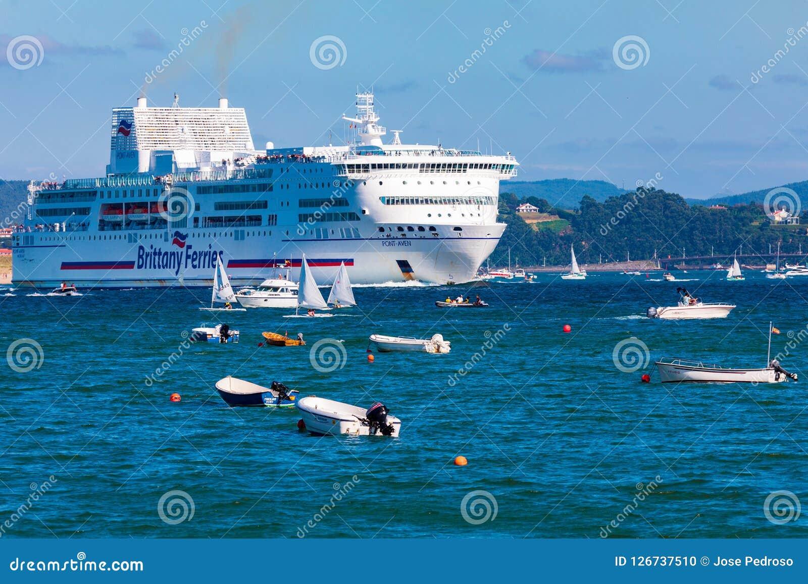 SANTANDER, SPANJE - AUGUSTUS 15, 2018 Ingang van het passagiersschip pont-Aven van het bedrijf Brittany Ferries in de Baai van Sa