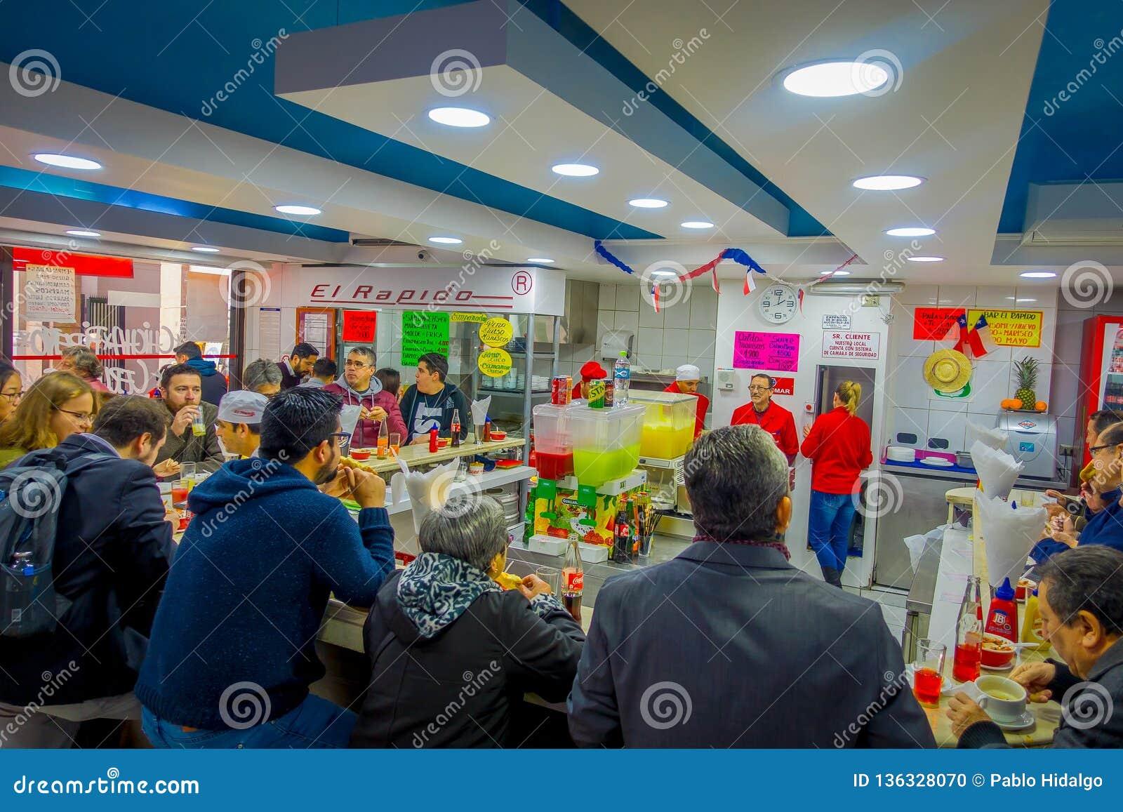 SANTIAGO CHILE, PAŹDZIERNIK, - 16, 2018: Salowy widok ludzie je wśrodku restaurat lokalizować w dowtown Santiago