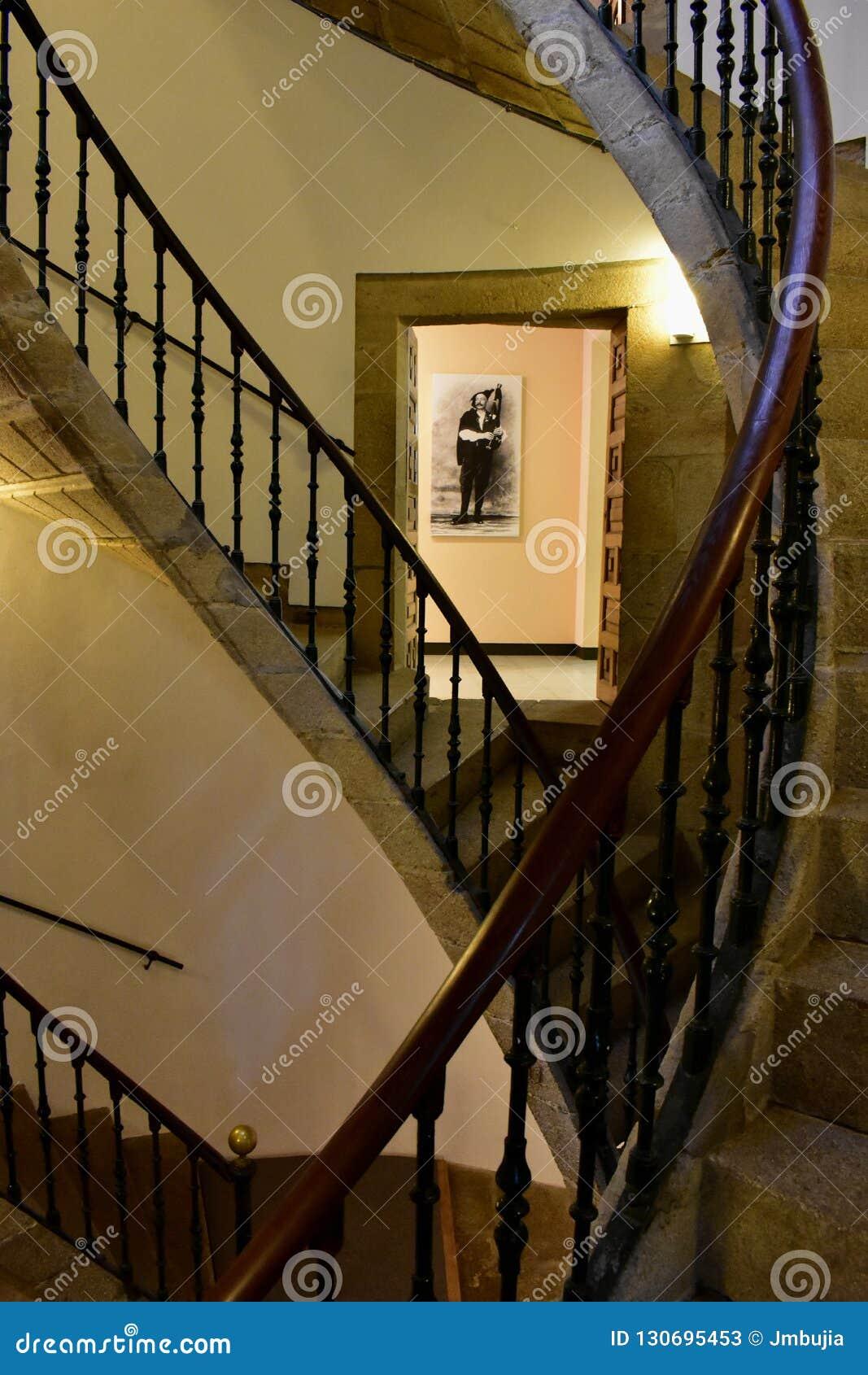 Santiago de Compostela, Spain Em setembro de 2018 Museu galego dos povos: Escadaria e gaiteiro helicoidais triplos