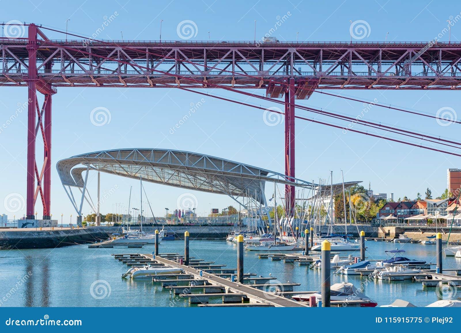Santo Amaro Atraca Con El Puente Del 24 De Abril En El Fondo Imagen Editorial Imagen De Nave Yate 115915775