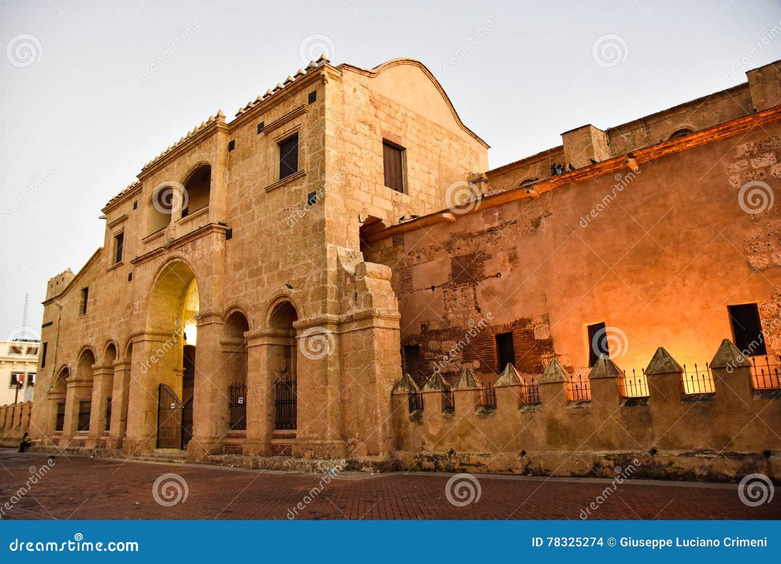 Santo Domingo, Dominikanische Republik Ansicht der berühmten Kathedrale in Columbus Park, Kolonialzone