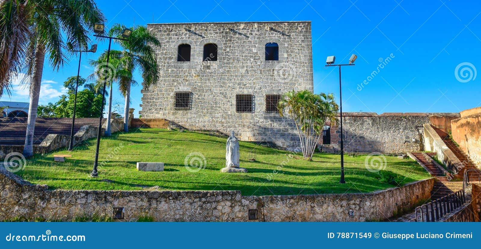 Santo Domingo, República Dominicana Estatua de Maria De Toledo en Alcazar de Colon (Diego Columbus House)