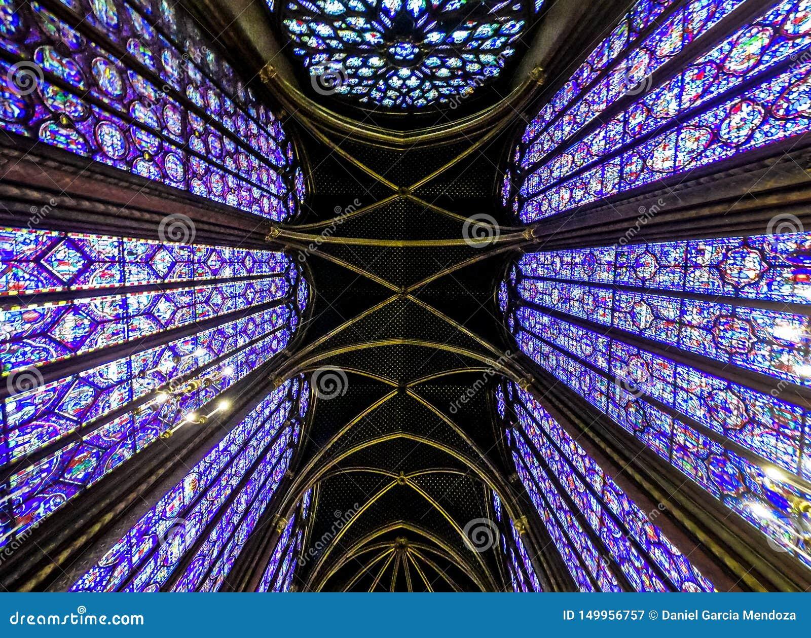 Santo famoso interior Chapelle, detalles del mosaico de cristal hermoso Windows