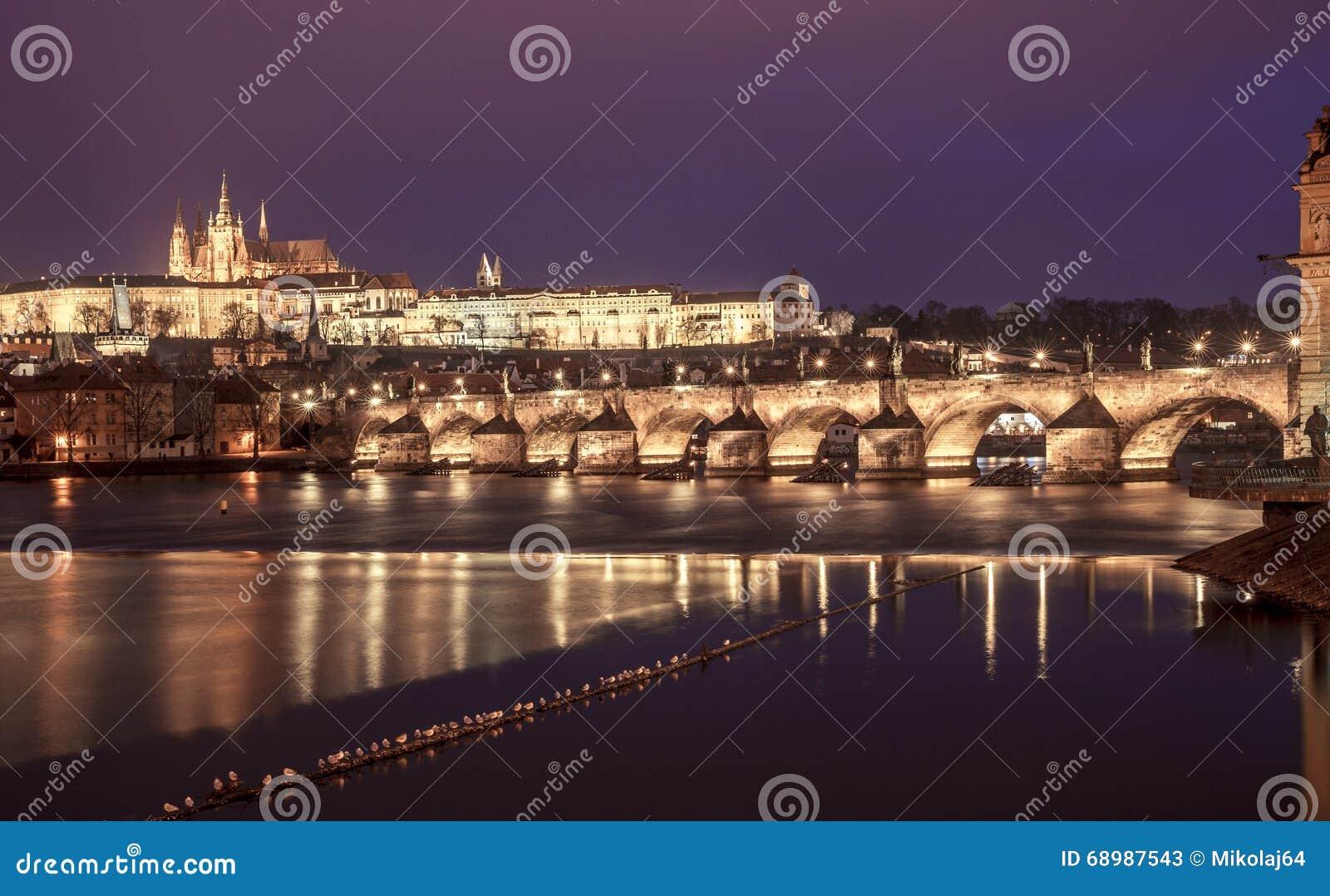Santo Vitus Cathedral y Charles Bridge de Praga en la noche, checa