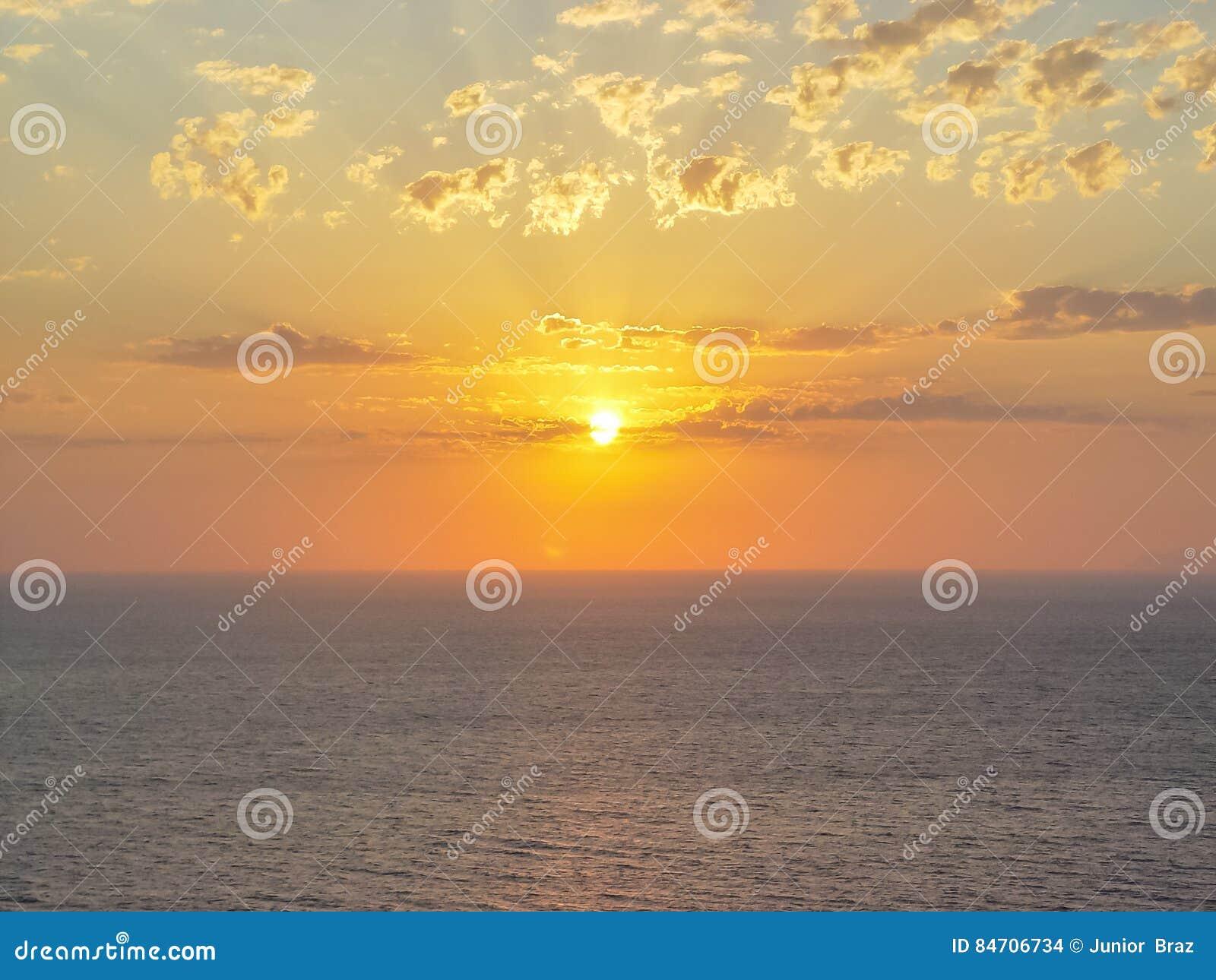Santorini ö på solnedgången En synvinkel från den Oia byn