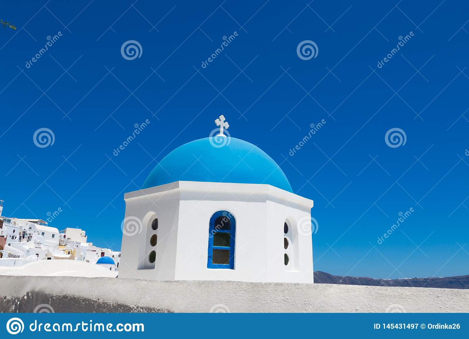 Santorini, Ελλάδα: Μπλε θόλος της κινηματογράφησης σε πρώτο πλάνο εκκλησιών στο νησί Santorini Λευκοί Οίκοι υποβάθρου και μπλε θά