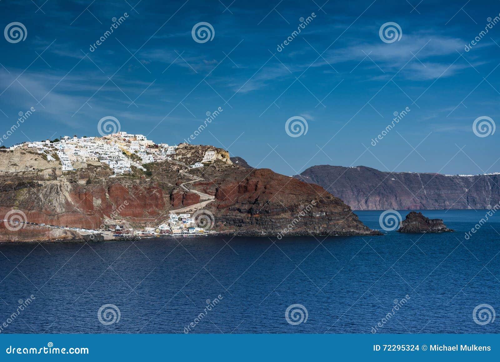 Download Santorini, Греция, взгляд от шлюпки круиза Стоковое Фото - изображение насчитывающей среднеземноморск, солнце: 72295324