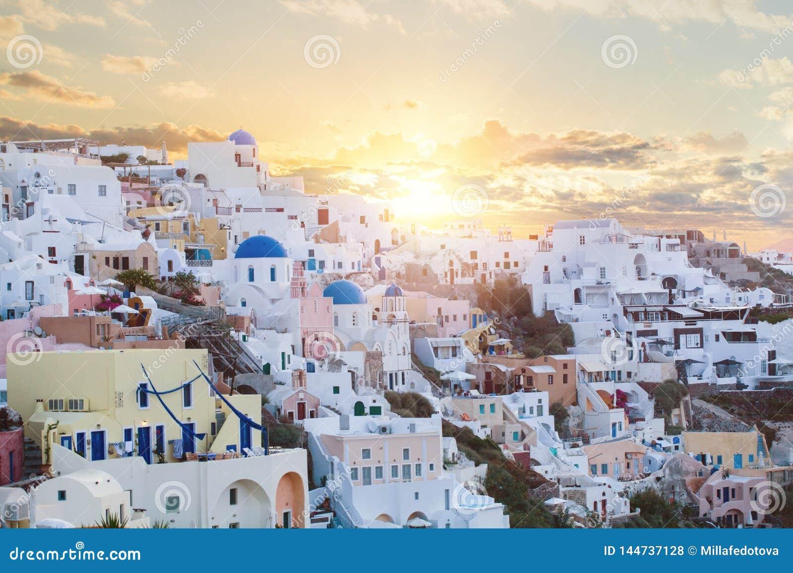 Santorini осмотр достопримечательностей Красивый ландшафт Santorini против не