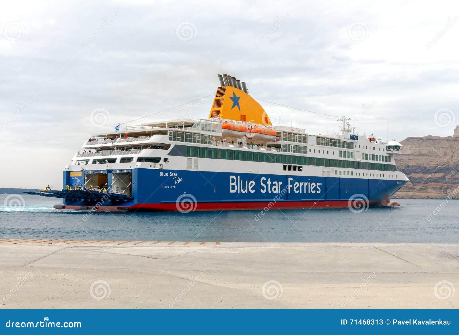 Santorini Ferry de mer d amarrage dans le port Athinios