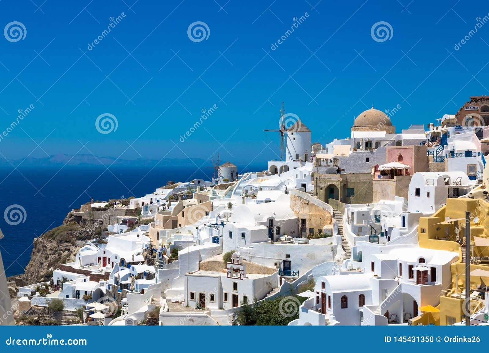 Santorini, Grécia: Ilha Santorini Casas brancas bonitas contra um céu azul e um mar