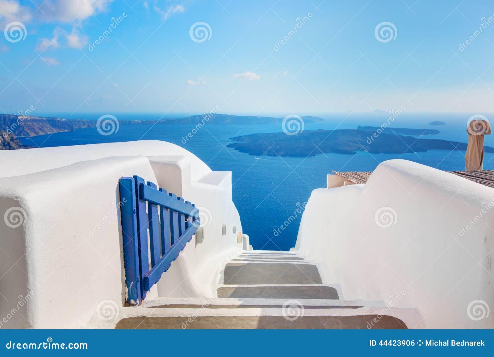 Santorini, Grecia Apra la porta blu con la vista e la caldera del mar Egeo