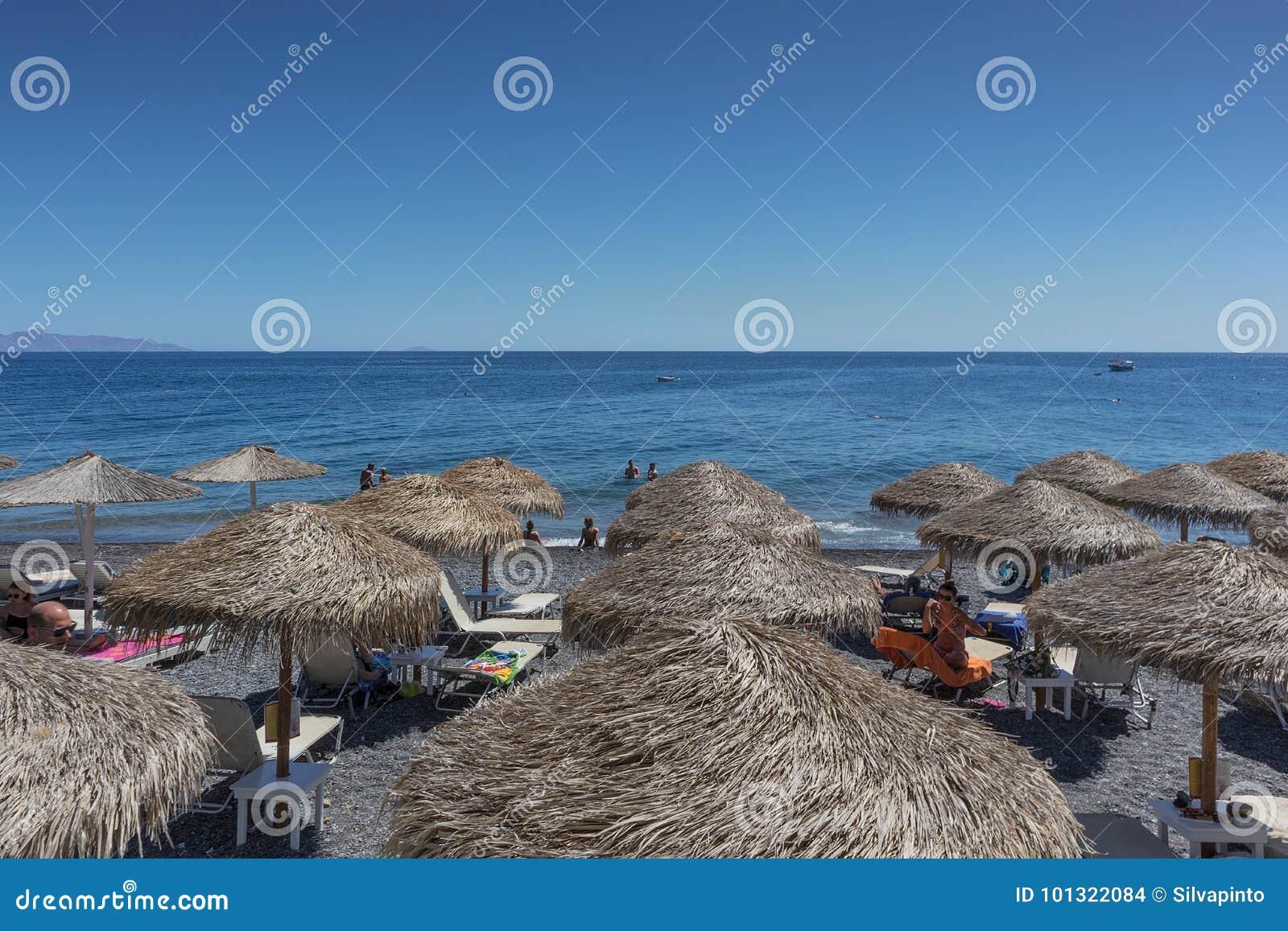 SANTORINI/GREECE 9月05日- Kamari海滩在圣托里尼,希腊 sant
