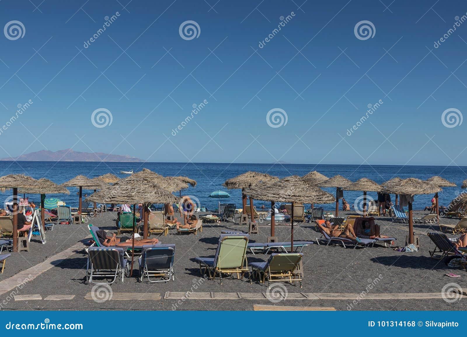 SANTORINI/GREECE o 5 de setembro - praia de Kamari em Santorini, Grécia