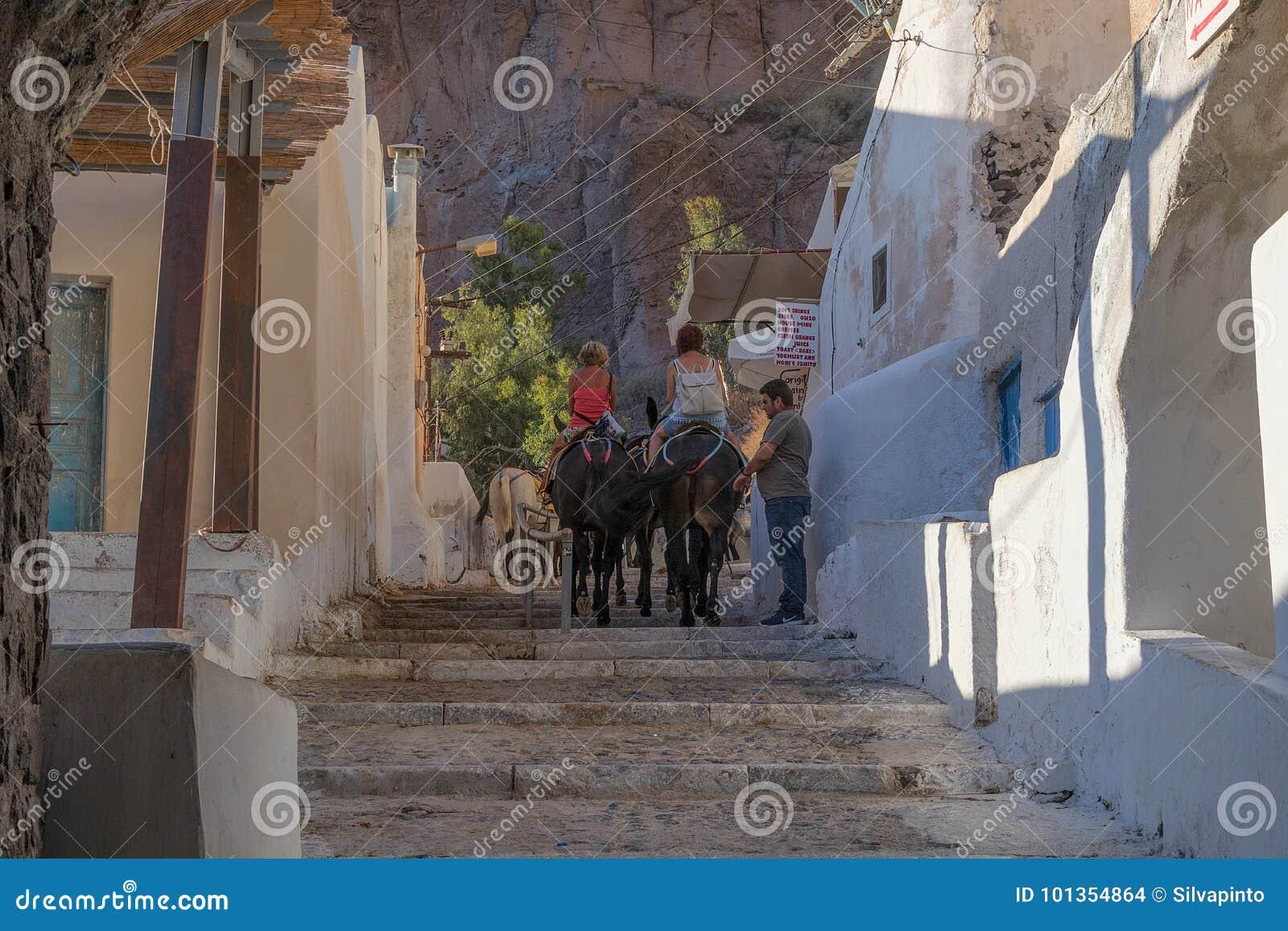 SANTORINI/GREECE 5 settembre 2017 - asini di Santorini che portano i touris
