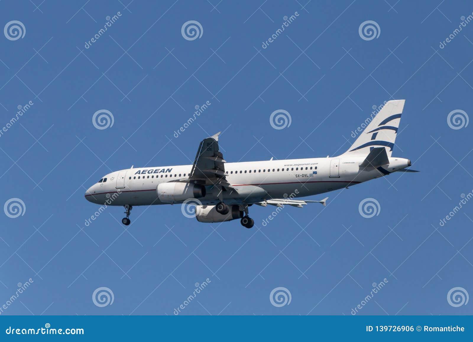 SANTORINI, GRIEKENLAND - OKTOBER 01, 2016 - het landen van Aegean Airlines-vliegtuigenluchtbus A320
