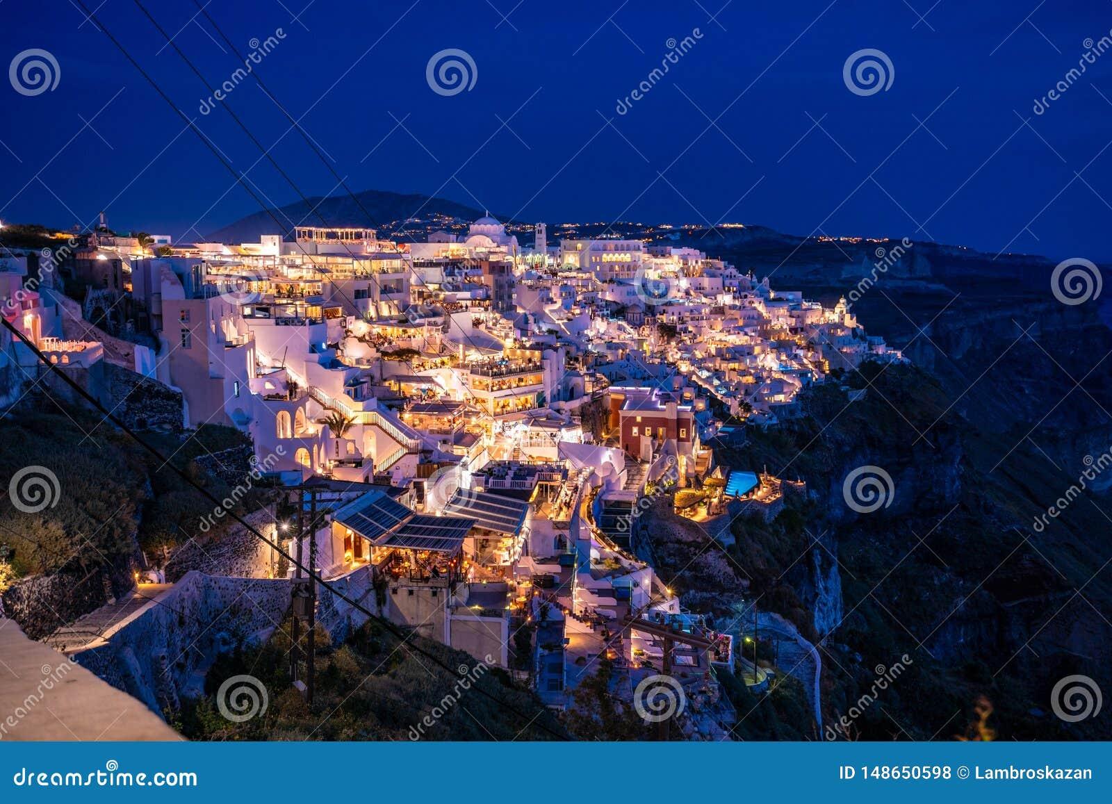 Santorini na noite, um dos destinos os mais bonitos do curso do mundo Vista panor?mica na capital da ilha, Fira