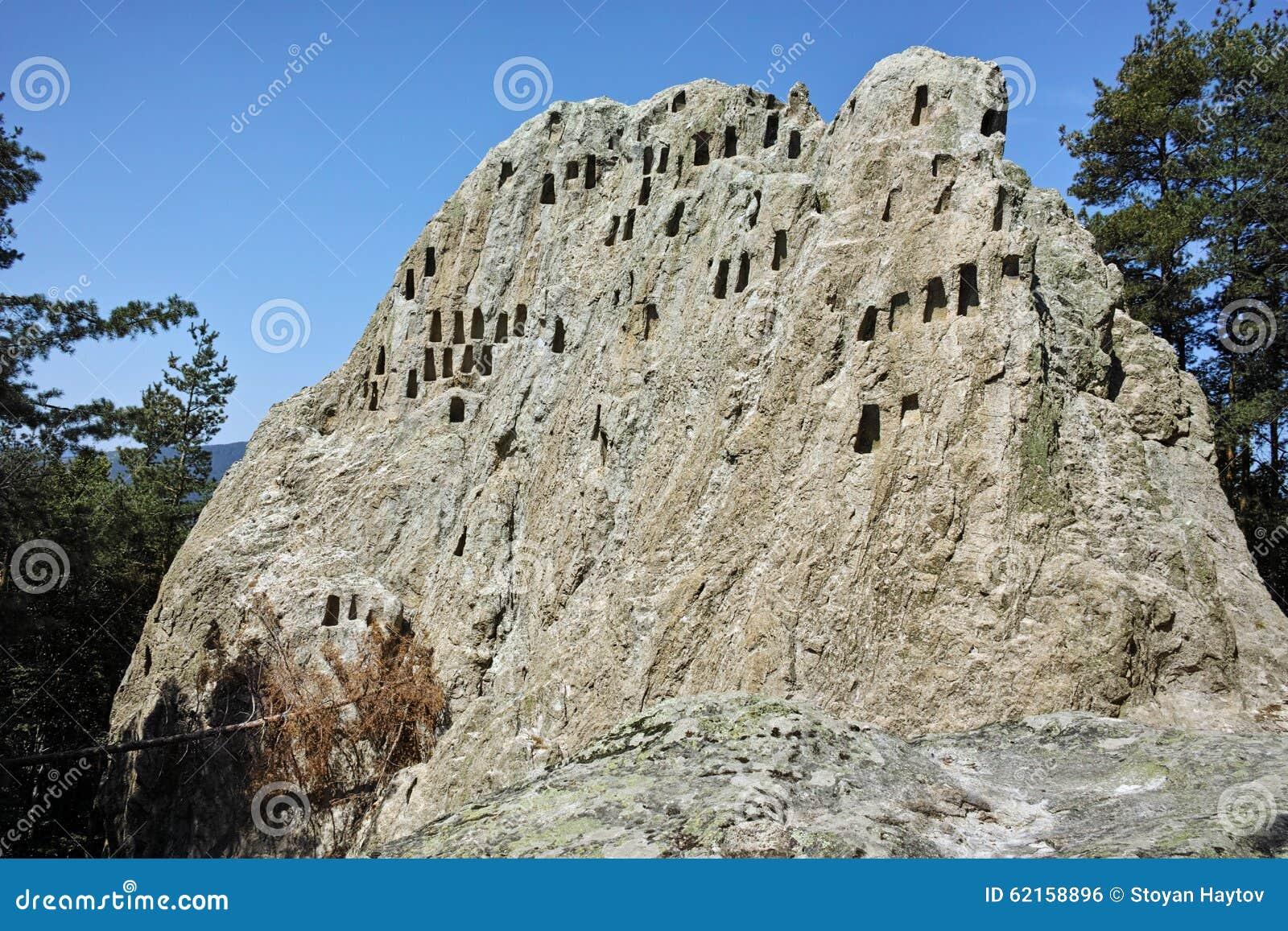 Santuário antigo Eagle Rocks de Thracian perto da cidade de Ardino, região de Kardzhali
