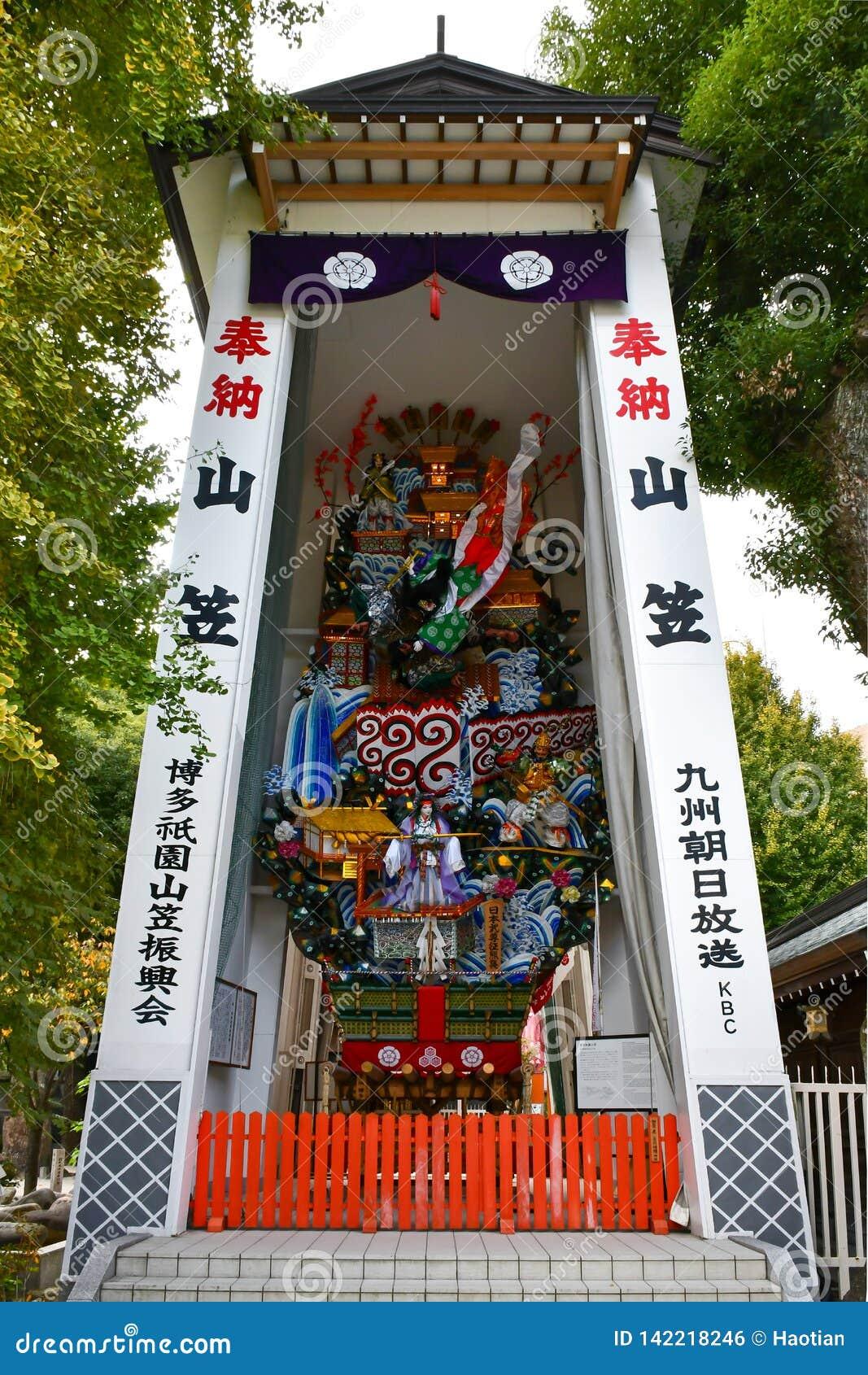 Santuário enorme de Kazariyama na exposição no santuário de Kushida, Fukuoka