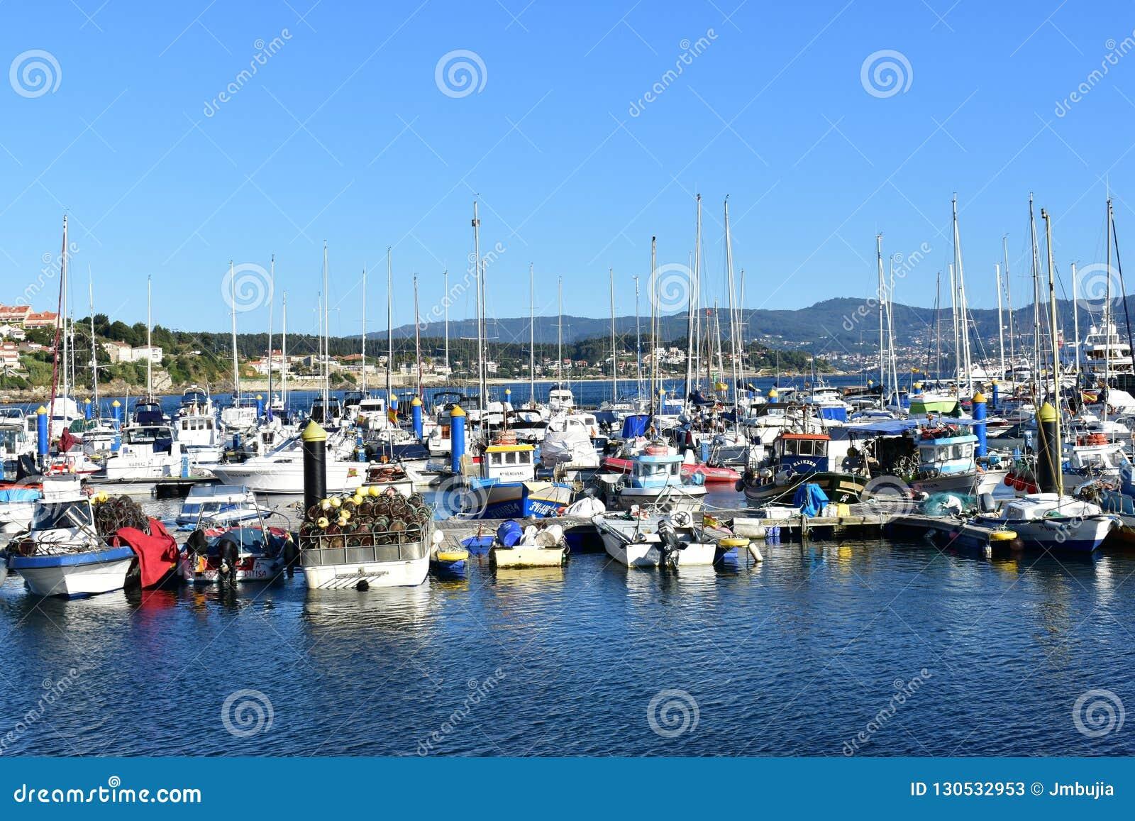 Sanxenxo, España En octubre de 2018 Navegación e industria pesquera en un pequeño pueblo costero: Barcos en un embarcadero Día as