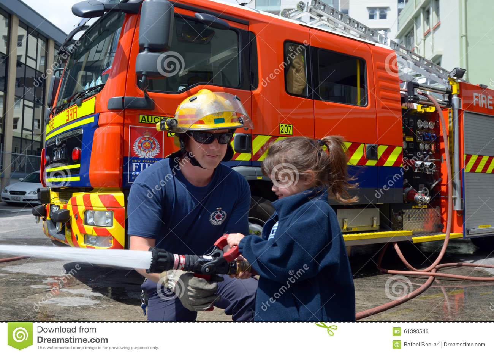 Sapador-bombeiro e criança