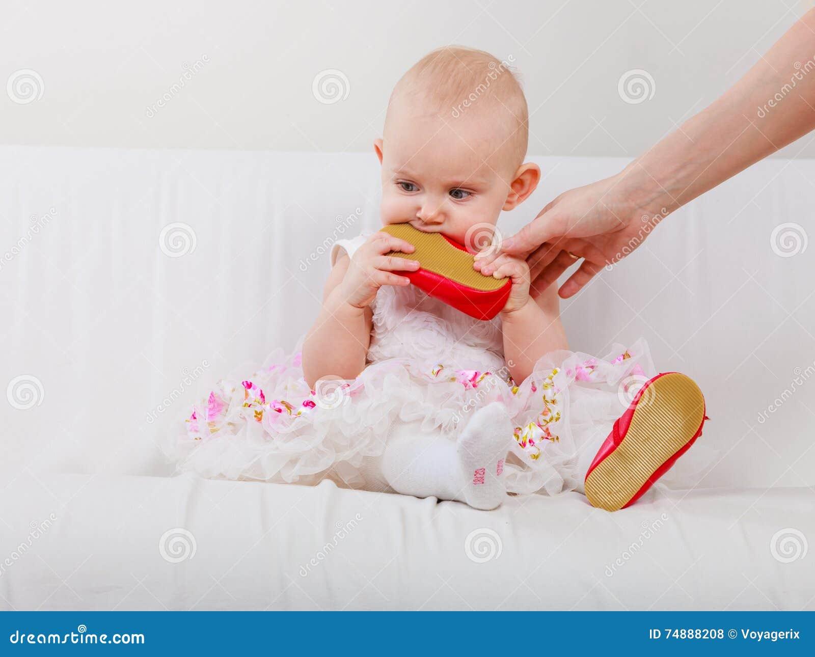Sapata cortante do bebê