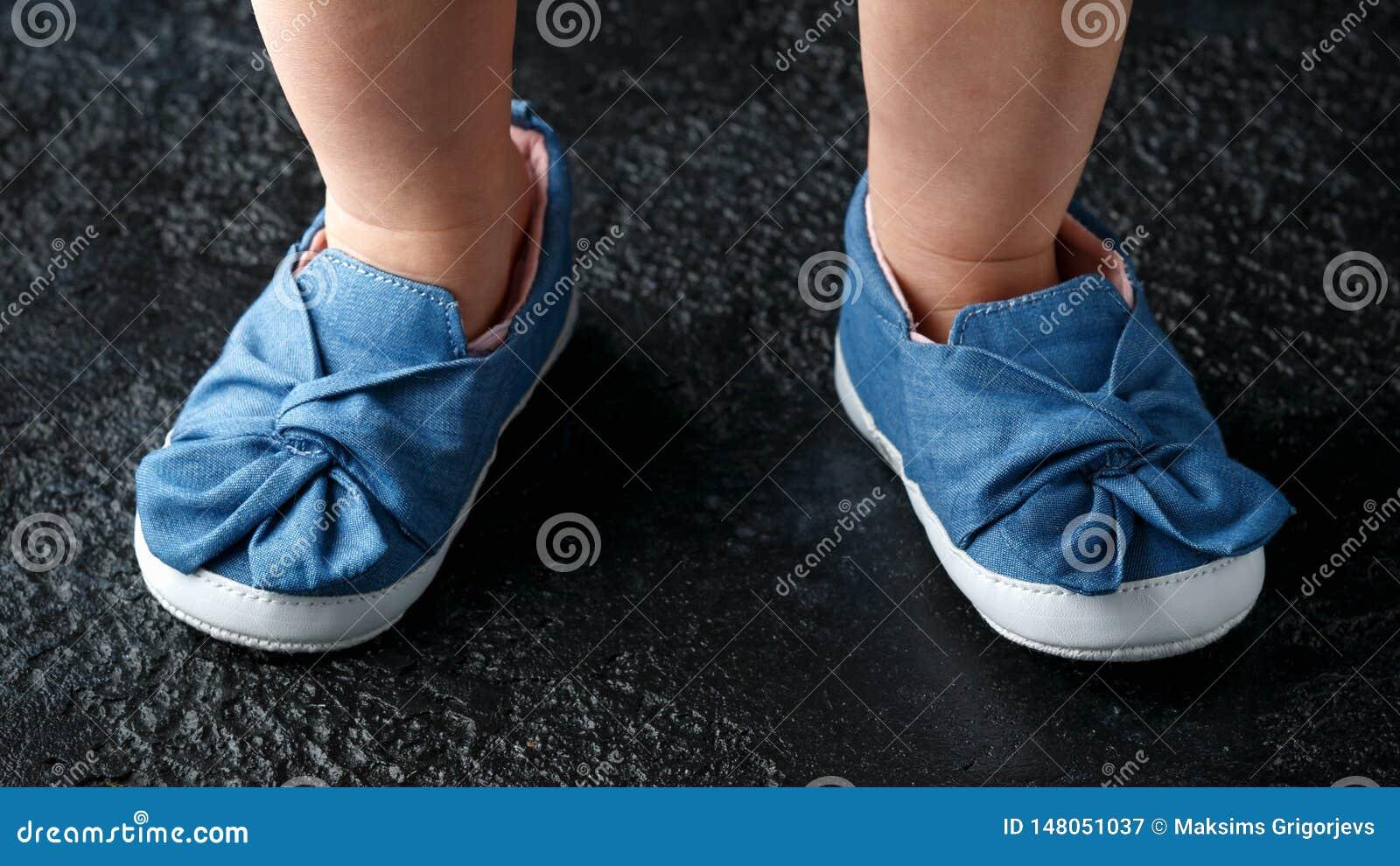 Sapatas azuis da sarja de Nimes do beb? primeiras com curva
