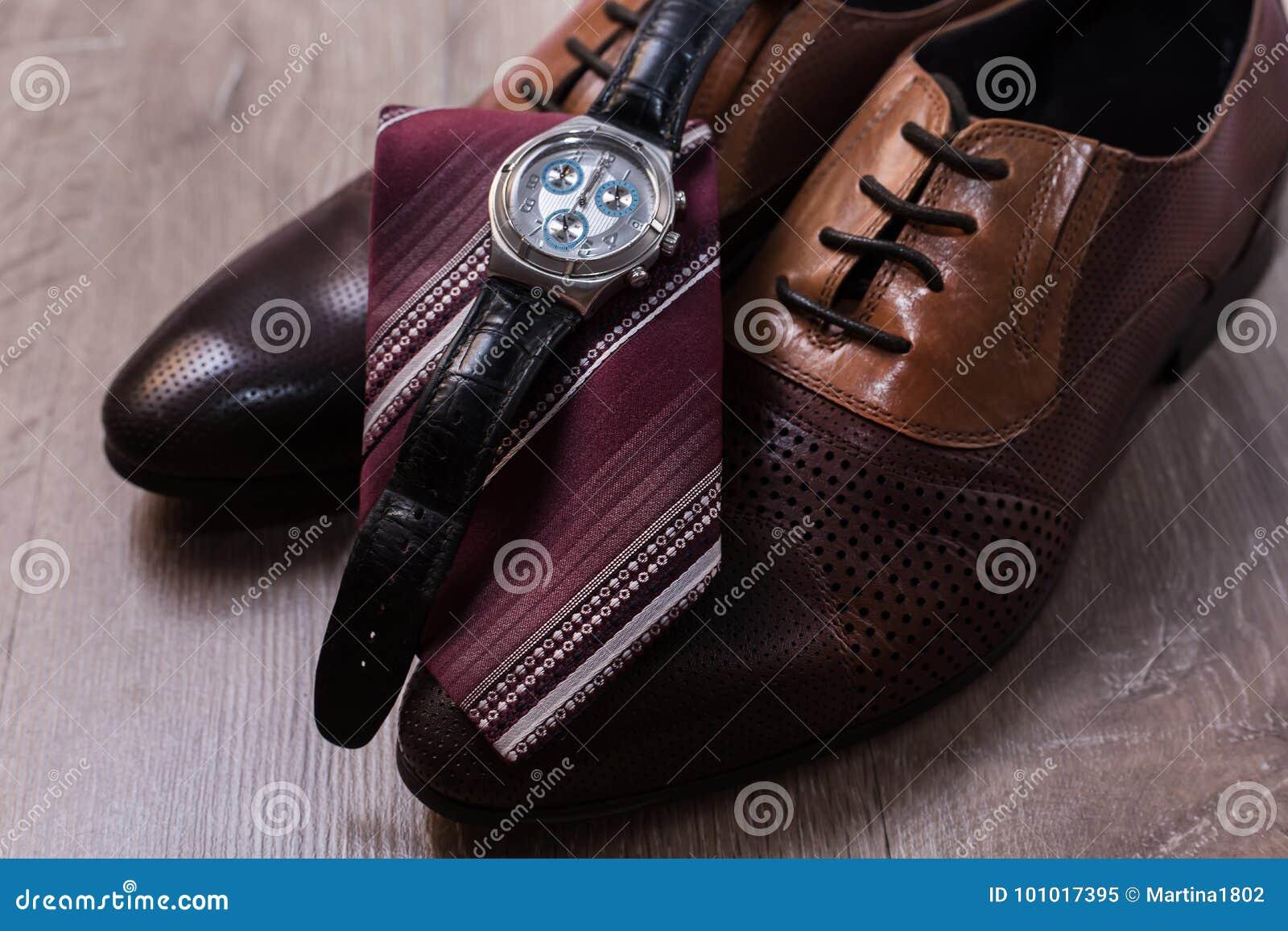 Sapatas com laço e relógio