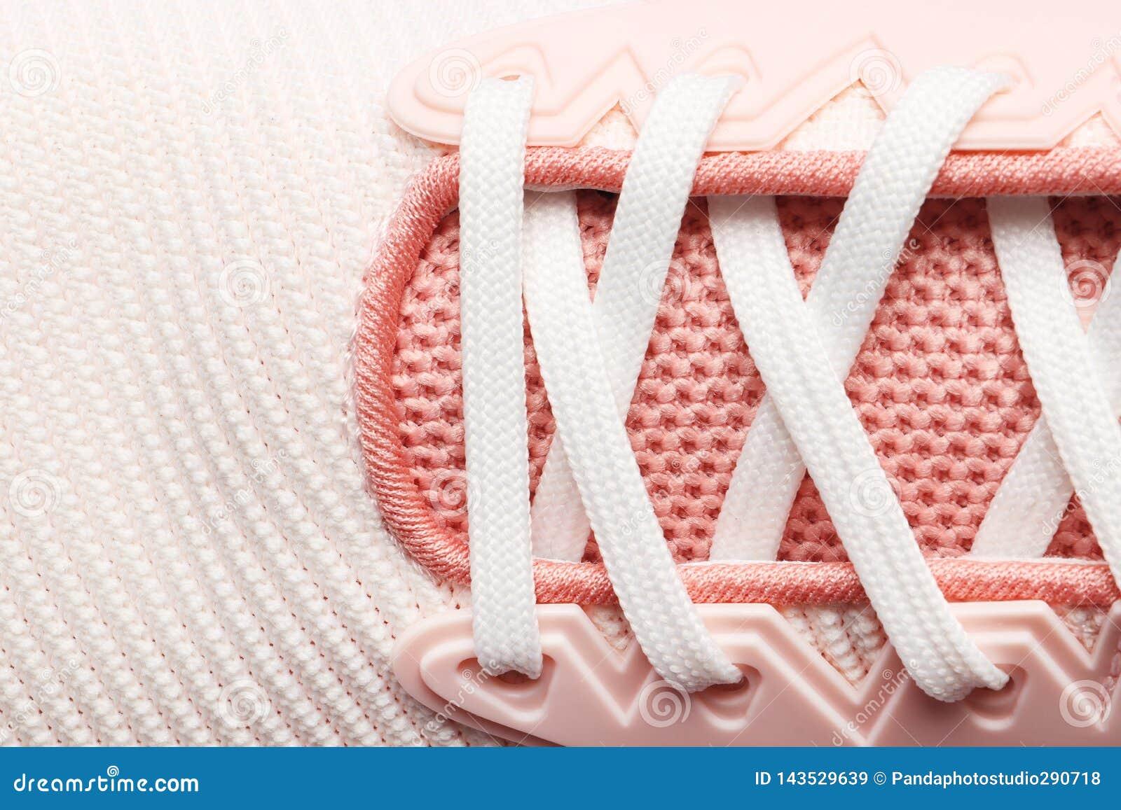 Sapatas cor-de-rosa do laço das mulheres