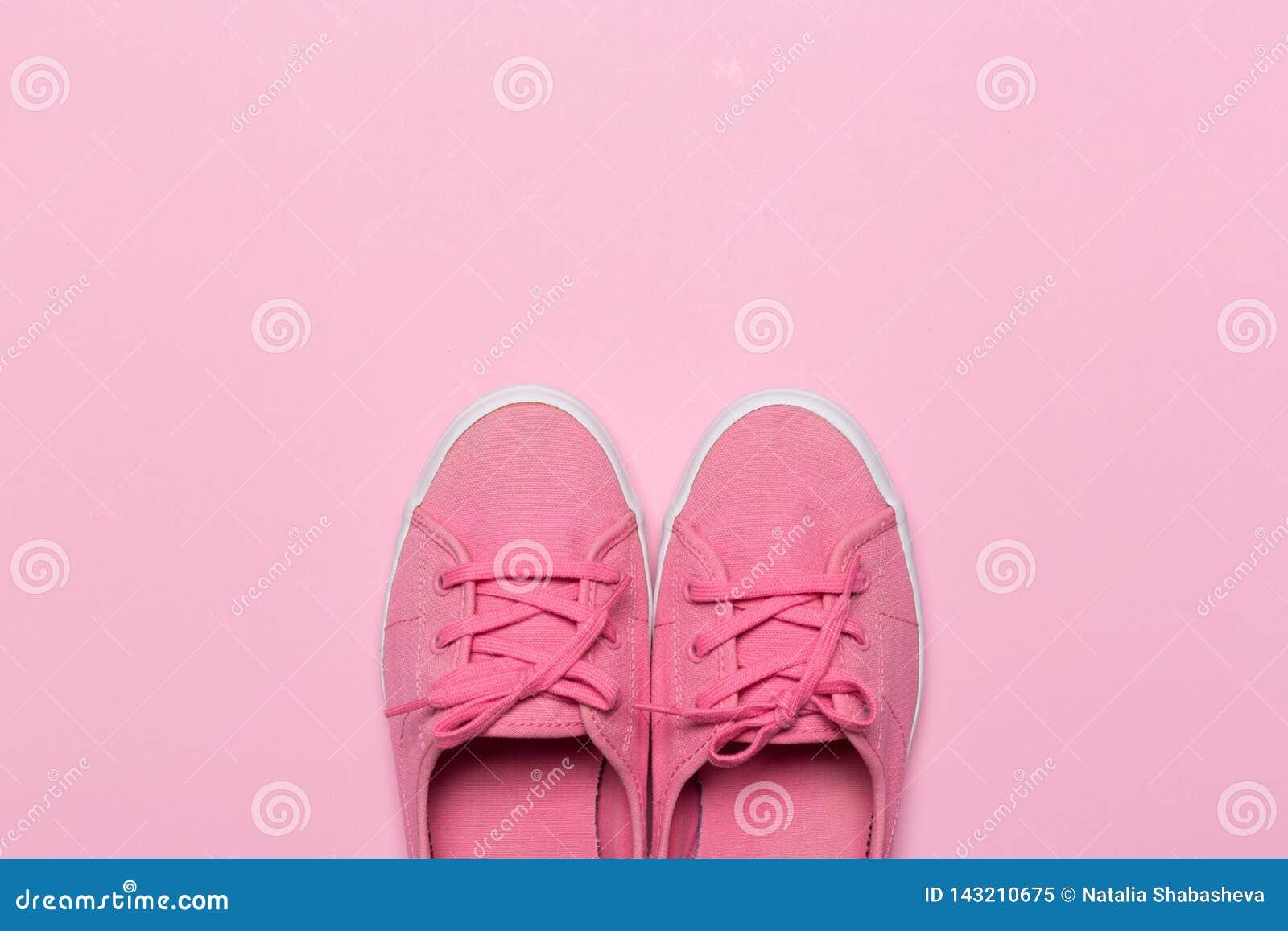 Sapatas cor-de-rosa em um fundo pastel Vista superior
