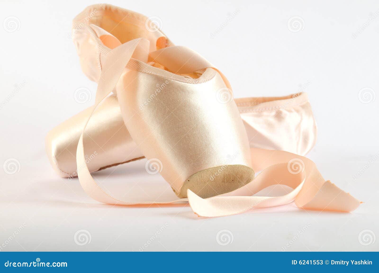 Sapatas de bailado isoladas no branco