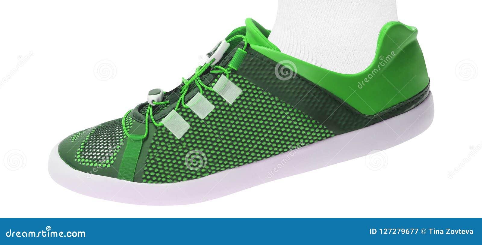 Sapatas de passeio verdes do esporte no branco