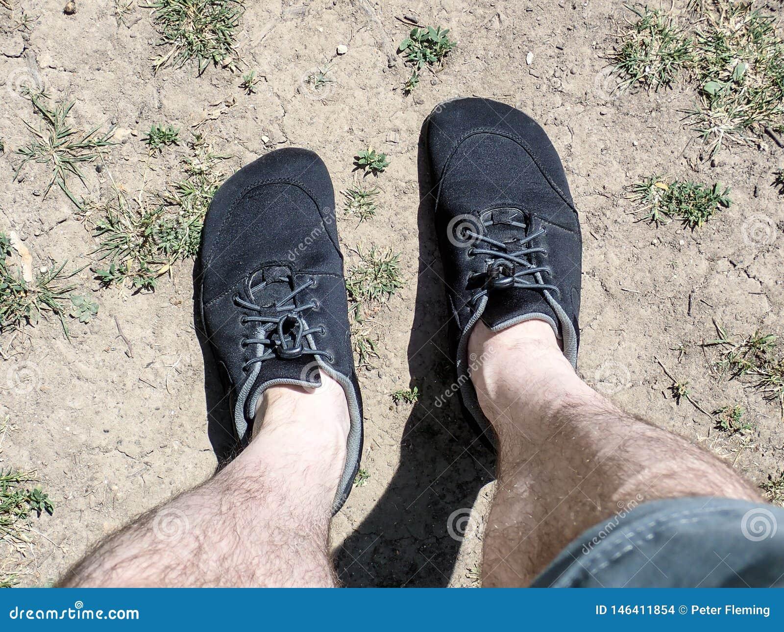 Sapatas descalças vestidas com short e pés desencapados