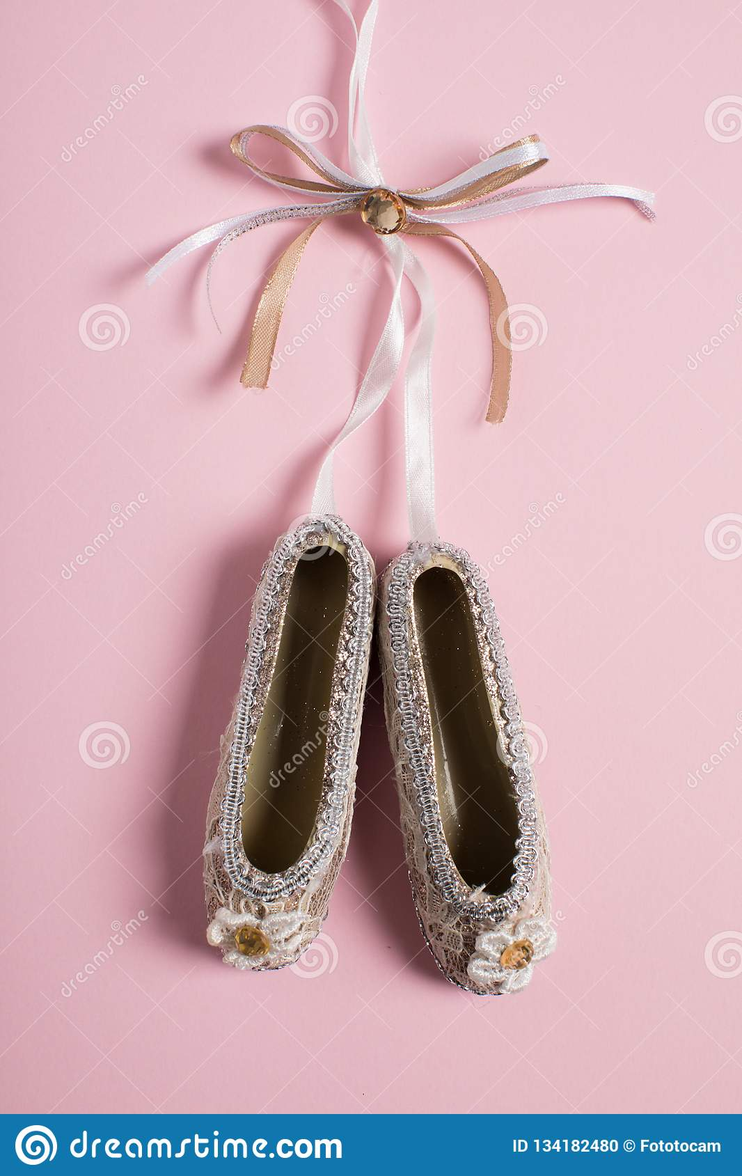 Sapatas do pointe da decoração do Natal no fundo cor-de-rosa
