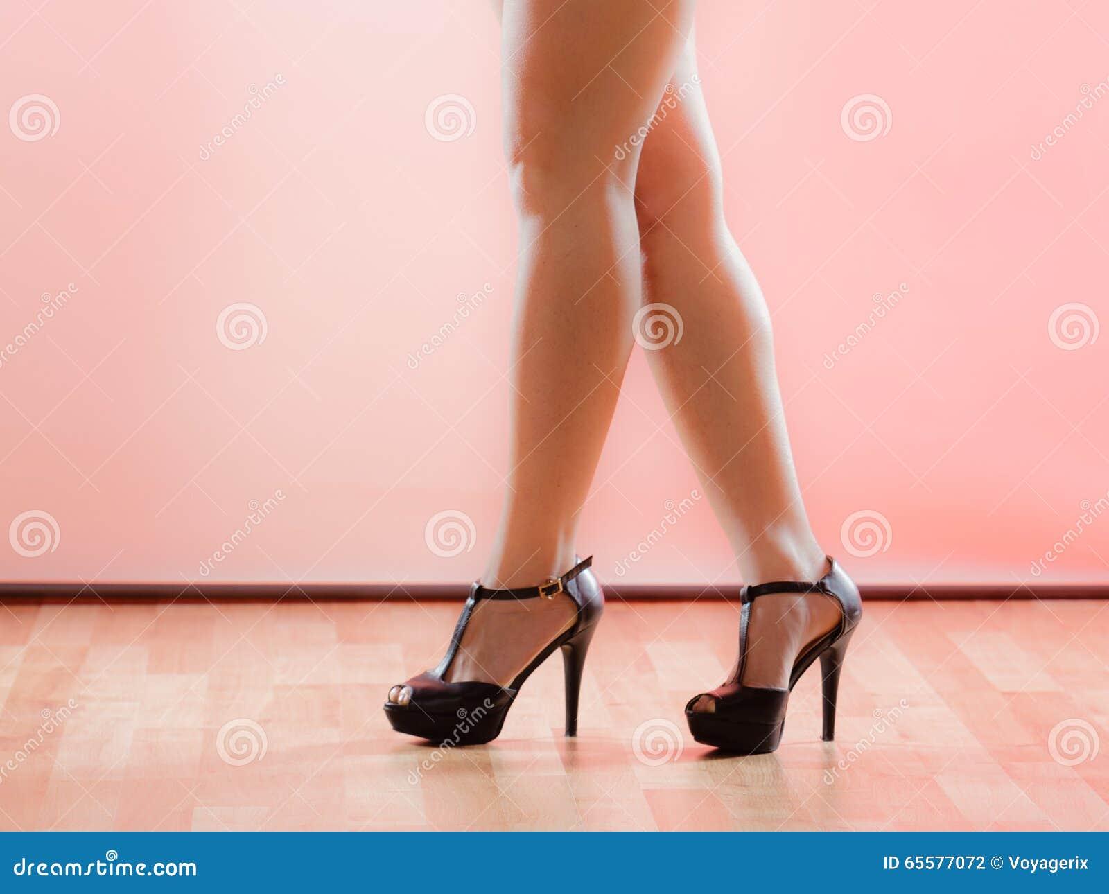 Sapatas dos saltos altos nos pés fêmeas  sexy