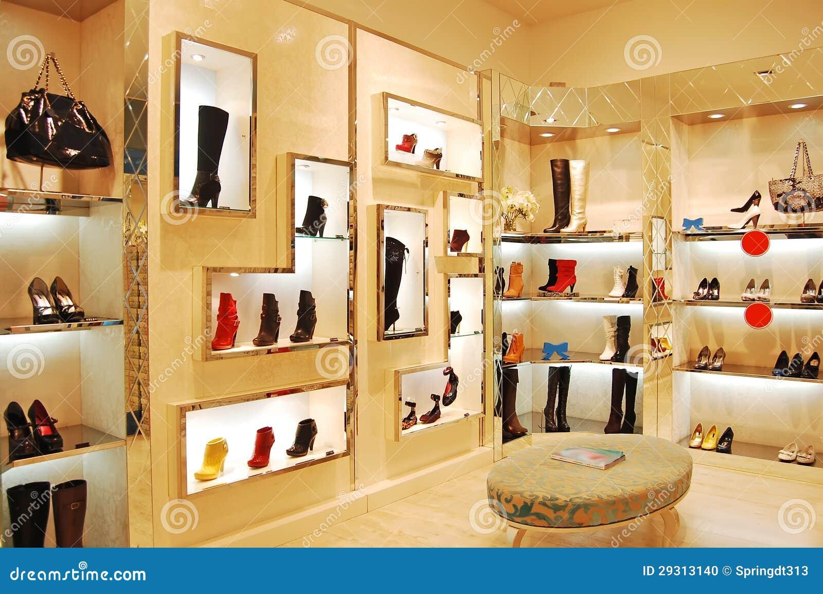 Sapatas e sacos na loja